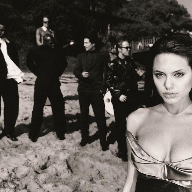 """La riconoscete O meglio: riconoscete anche i 5 agli esordi alle sue spalle? Ecco una giovanissima Angelina Jolie davanti allobiettivo del fotografo di moda francese Michel Haddi a Malibu nel 1994. Questo è uno dei 41 scatti cult raccolti nel percorso fotografico """"POP STYLE ICONS"""" mostra a ingresso libero da non perdere che ripercorre 30 anni di icone da Kate Moss a David Bowie in 41 scatti cult. Da non perdere! Scopri di piùnel link in bio! #MCInstaNews #AngelinaJolie #MichelHaddi…"""