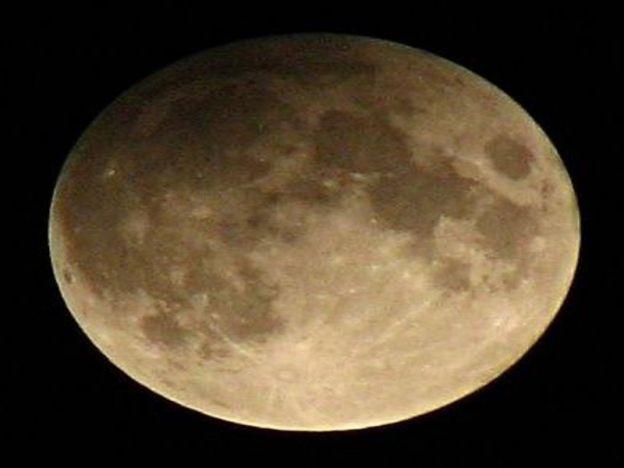 Gerhana Bulan Penumbra boleh dilihat malam esok   Gerhana Bulan Penumbra.  KUALA LUMPUR - Rakyat Malaysia berpeluang menyaksikan fenomena Gerhana Bulan Penumbra yang akan berlaku pada esok iaitu 23 Mac. Ketua Unit Komunikasi Korporat Agensi Angkasa Negara (Angkasa) Wan Hakimah Abd Rahim dalam satu kenyataan di sini berkata fenomena gerhana tersebut hanya mula dapat disaksikan apabila bulan mulai terbit pada jam 7.21 malam sehingga 9.55 malam ketika bulan keluar sepenuhnya dari bayang…