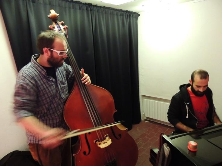 Cibo e musica. Due membri della formazione musicale Follow the Wires durante l'Aperitivo del Martedì presso Oggi non ho fretta