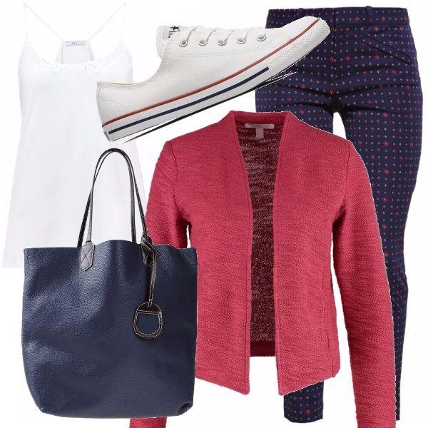 Per una mamma sempre di corsa ci vuole un abbigliamento comodo, ma comunque...alla moda! Pantaloni slim con piccola fantasia, top bianco e giacca color ciliegia - sneakers di tela bianche e grande borsa blu.
