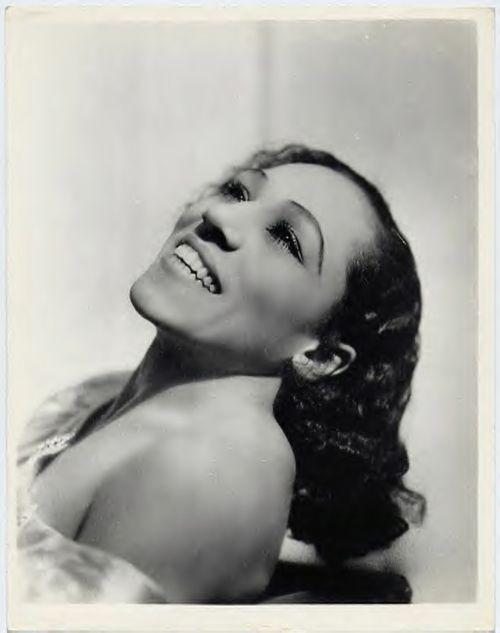 Blanche Calloway fue una cantante de jazz, compositora y líder de banda  de origen afroamericano que nació el 9 de febrero de 1902. Era la hermana mayor de Cab Calloway, y ya fue una cantante de éxito antes de que su hermano, sobre quien ejerció una notable influencia artística, subiera a los escenarios. Con una carrera de más de 50 años a sus espaldas, fue la primera mujer en liderar una banda compuesta exclusivamente por hombres.