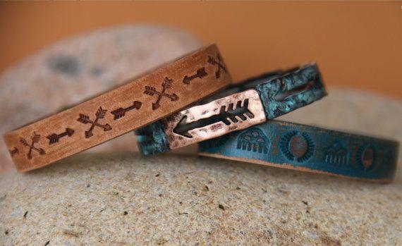 Bracelet artisanal Navajos Il est constitué de plaques de métaux différents ramené dun voyage dans une tribu Il signifie SUIS TON CHEMIN AVEC COURAGE Largeur 1, 2 cm Pour poignet jusquà 20 cm, Vous pouvez le porter avec le bracelet assorti en cuir ( prix réduit 45 au lieu de 55 € ) Livré dans une pochette en tissu artisanal