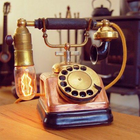 Deze oude Fabrik Automatic telefoon met ingebouwde Edison lamp is zeker een pronkstuk in je interieur, de telefoon is afgewerkt met een mooi vintage geel snoer.  Info: Koper tafeltoestel gemaakt door Telefon Fabrik Automatic in Copenhagen, Denmark ± 1930. Deze telefoon is omgebouwd door het Deense bedrijf Expoga in Århus in 1965 voor verkoop in de USA. De originele Deense telefoon uit 1930 (type: D-30) was zwart met een aluminium haak en was in gebruik bij de Københavns Telefon Aktieselskab.