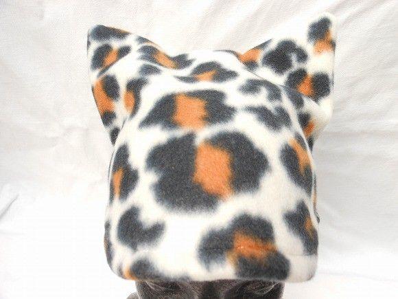 これを被れば、モンスター気分に!?三毛猫柄のフリースで作った、猫耳の帽子です。フリースは少し伸びる生地なので、大人でも子どもでもかぶれます。ペタンコになるので...|ハンドメイド、手作り、手仕事品の通販・販売・購入ならCreema。