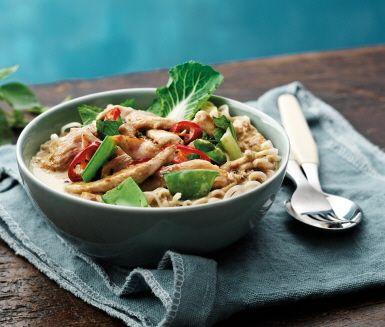 Kycklinggryta med grön curry som smakar fantastiskt och du enkelt tillagar med hjälp av en kryddmix, kokosmjölk och några få ingredienser. Green Curry är en av de mest välkända och älskade thailändska maträtterna. Kycklinggrytan får en härlig smak av kokosmjölk, kaffir lime, ingefära och koriander.