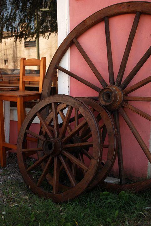 ruedas de carro antiguas divinas para decorar una galer a