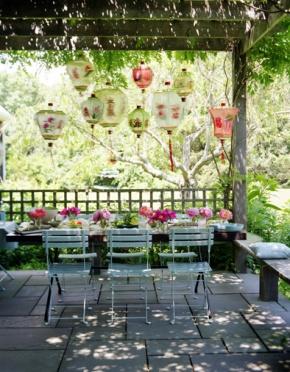Overdekt terras met sierlijke lampionnen.