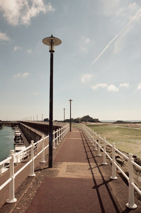 1ère partie du récit d'un séjour de 3 jours sur l'Île de Jersey entre la France et l'Angleterre à quelques kilomètres des côtes normandes.  #condor #condorferries #channelislands  #lovely #jersey #guernsey #UK #channel #sun #exploreeverything  #explore #chasinglight #sea #sunny #photograph #nikon #canon #bluesky