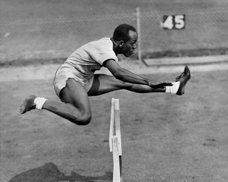 L'Américain Harrison Dillard, à l'entraînement du 110m haies lors des Jeux olympiques de Londres en 1948. Cette année-là, il remporte l'or dans deux courses: le 100m et le relais. Dans les années 50, il sortira vainqueurde 82 courses.