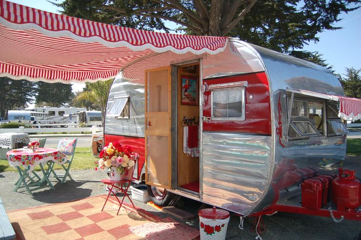 Close Up Picture Of A 1954 Dalton Vintage Trailer With A