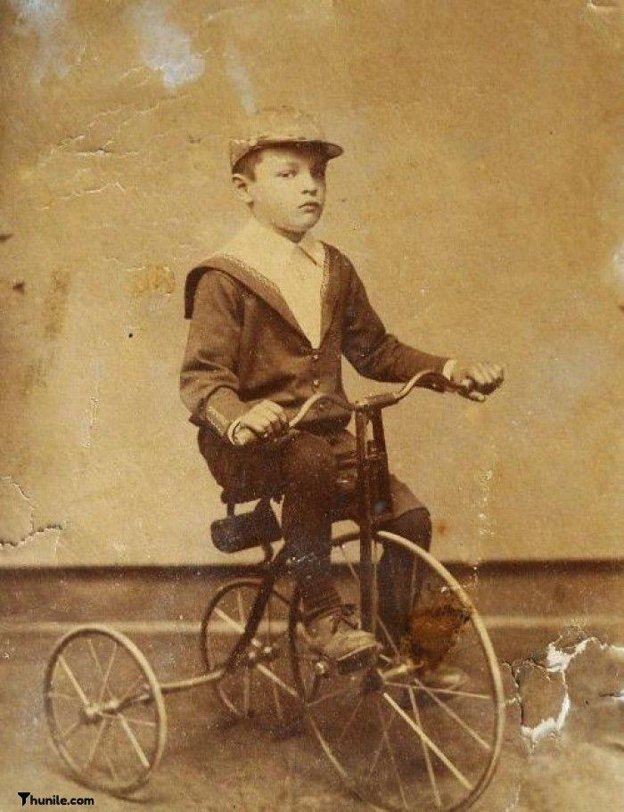 1900'lü yılların başında İstanbul'da bisikletiyle hatıra fotoğrafı çektiren çocuk