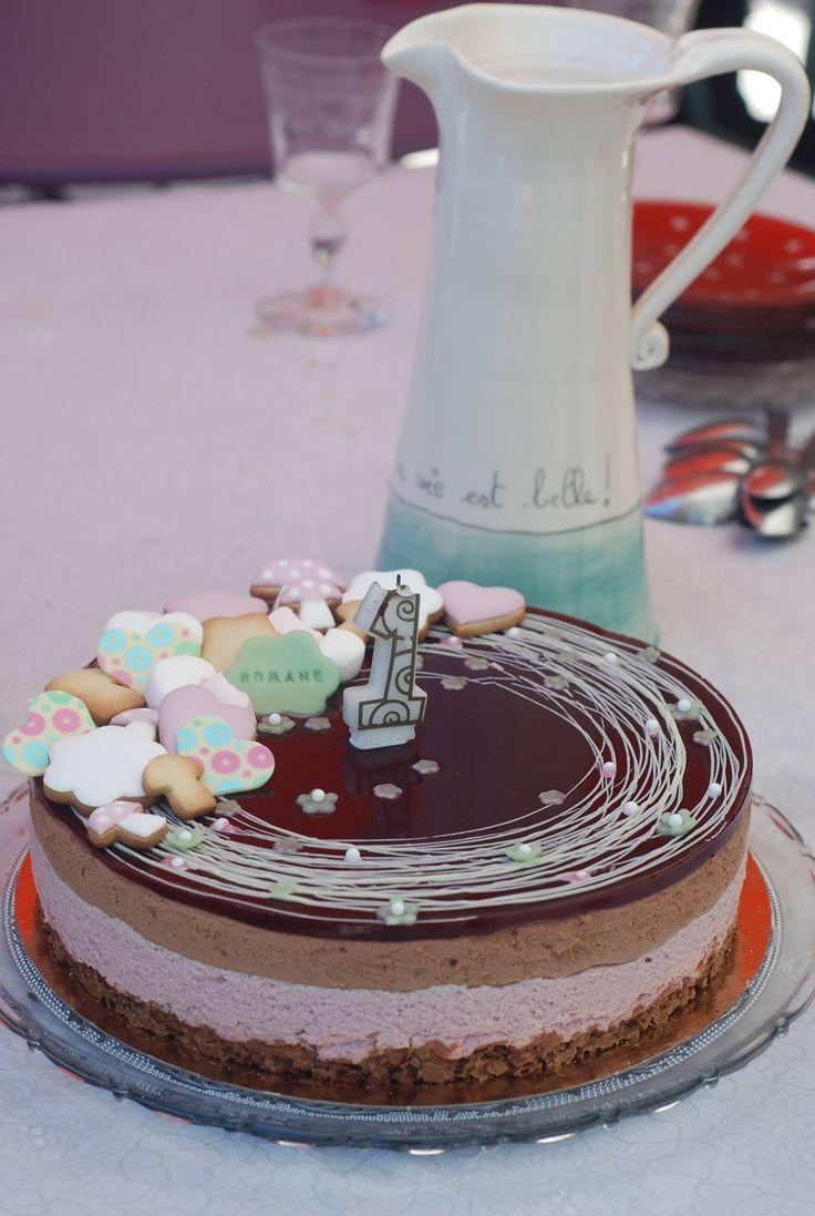 Entremet Fleuri pour les 1 ans de Romane : Croustillant Praliné Feuilleté - Mousse Framboise - Mousse Chocolat Noir - Coulis de Framboises