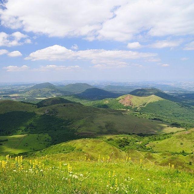 Les volcans d'Auvergne : venez pour les paysages, restez pour les randos, le parapente ou la montgolfière !