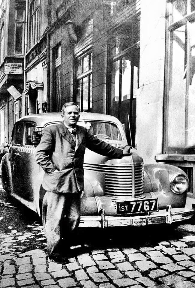 50 başlarında İstanbulda müşteri bekleyen bir taksi.. Bu tarz siyah plakalar arabalarda 1939-1962 yılları arasnda kullanıldı...