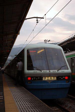 東京で見かけたあの新幹線は、もう名古屋に着いているかもしれない。気の向くまま見ていた列車は、個性的な伊豆急行の車両。2014/10 熱海駅 JR伊東線5659M伊豆高原行(2100系)© 2010 風旅記(M.M.) *許可なく転載はできません...
