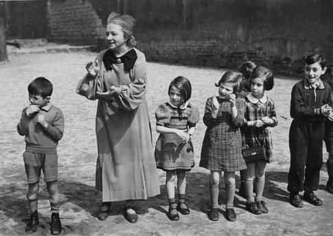 Jüdische Volksschule in der Auguststraße (Dependance der Volksschule Rykestraße): Schüler der 1. Klasse mit ihrer Lehrerin Recha Heilbronn auf dem Schulhof (3. v. l., Ruth Pisarek, die Tochter des Fotografen).  Foto, 1937 (Abraham Pisarek).