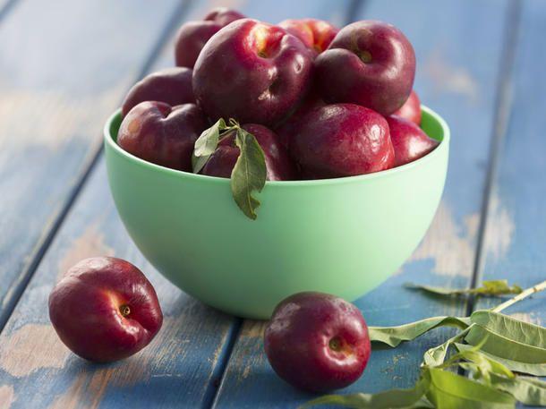 Kurios! Pfirsichbäume können auch Nektarinen tragen und umgekehrt. Ursache dafür ist, dass die glatte Haut der Nektarine ein rezessives
