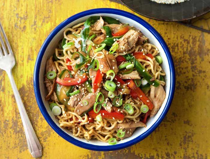 Een lekker en gezond recept, Oosterse noedels met kip. Lekker pittig door de rode pepersaus. En een gezonde keuze!