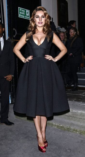 Kelly Brook Gets Cleavagey and Brings Today's Quote / Celebrity Quotes, Kelly Brook / Skinny VS Curvy