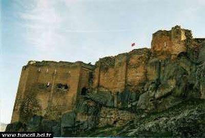 Mazgirt Kalesi-Tunceli ili Mazgirt ilçesinde bulunan bu kale MÖ. IX. yüzyılda yöreye hâkim olan Urartular tarafından yapılmıştır. Kale içerisinde bulunan bir Urartu kitabesine dayanılarak da kalenin Urartu Kralı II.Rusas zamanında yapıldığı sanılmaktadır.   Kale kayalardan ve moloz taşlardan yararlanılarak yapılmıştır. Kale girişi bir mağaradan olup, buraya taş bir merdivenle çıkılmaktadır. Sur duvarları moloz taşlardan yapılmıştır. Yer yer de kayalardan yararlanılmıştır.   Kale içerisinde…