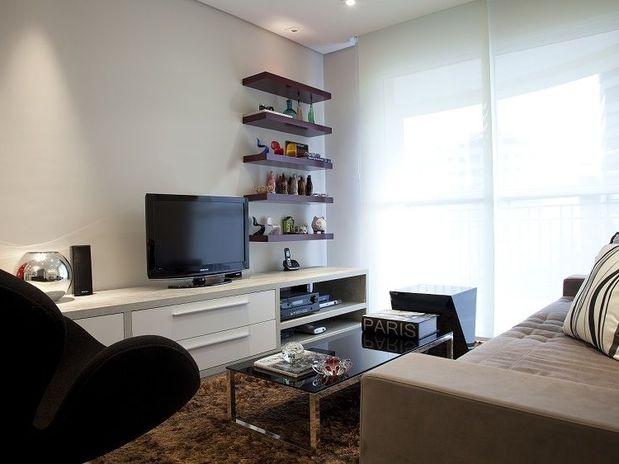 A sala do apartamento de 70m² conta com prateleiras para dispor objetos de decoração. O projeto é da designer de interiores Marisa Garcia. Telefone: (0xx11) 4368-3894  Foto: Divulgação