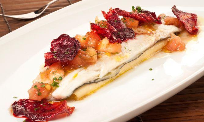 Lubina asada al horno con una vinagreta de tomate, una receta de pescado muy completa de Bruno Oteiza con guarnición de chips de remolacha.