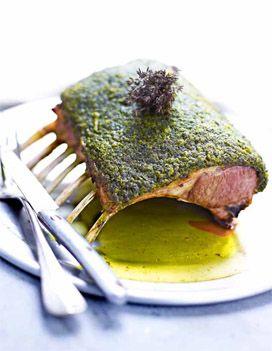 Recette Carré d'agneau en croûte d'herbes fraîches : Préchauffez le four th. 7/210°. Préparez la croûte d'herbes : enlevez la croûte du pain, puis h...