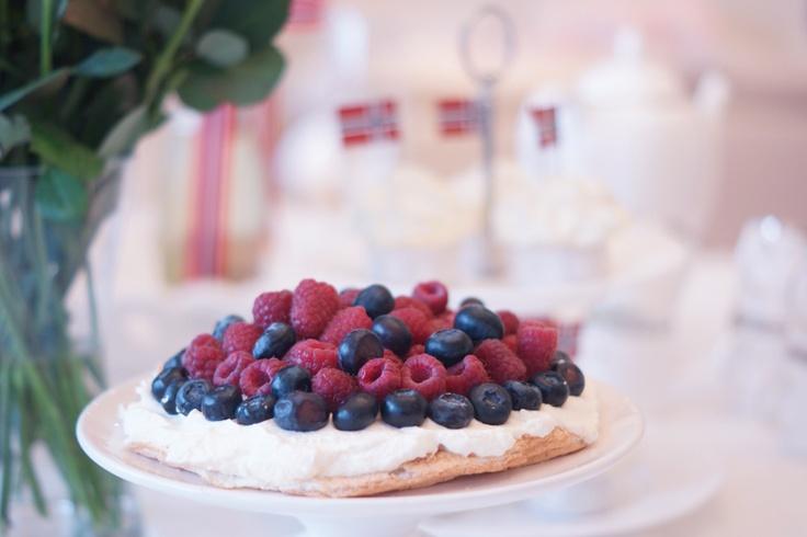 Pavlova: - 4 egg whites - 4 tbsp powdered erythritol - 2 tsp raspberry vinegar - 1 tsp locust bean gum - 3 dl whipping cream - berries for topping - 3-4 tbsp erythritol