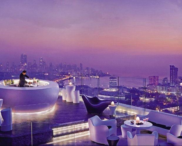 Hôtel Four Seasons – Mumbai oici le bar terrasse de l'Hôtel Four Seasons situé à Mumbai (Inde). Perché au 34ème  étage. Signé par le designer Aditya Ramani cet endroit lounge avec son design très futuriste domine toute la ville. A découvrir en image dans la suite de l'article en cliquant sur la photo.