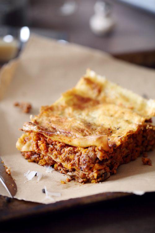 Cette recette de lasagne est une alternative moins grasse et plus riche en légumes auxlasagnes bolognaises. J'ai mis un mélange de champignons de Paris, d