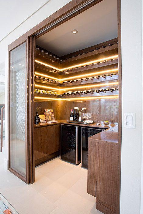 A construtora Laguna investe em adegas climatizadas como diferencial em seus projetos de residências de alto padrão.