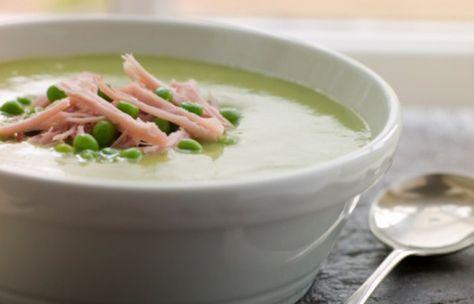 """Zupa krem z groszku zielonego - przepis GESSLER - To była totalna rewolucja. Z nudnego """"Zajazdu Euforia"""" Magda Gessler zrobiła """"Spichlerz"""" z pyszną, domową, ale nie nudną, kuchnią. Teraz w restauracji w Ciągowicach po """"Kuchennych..."""