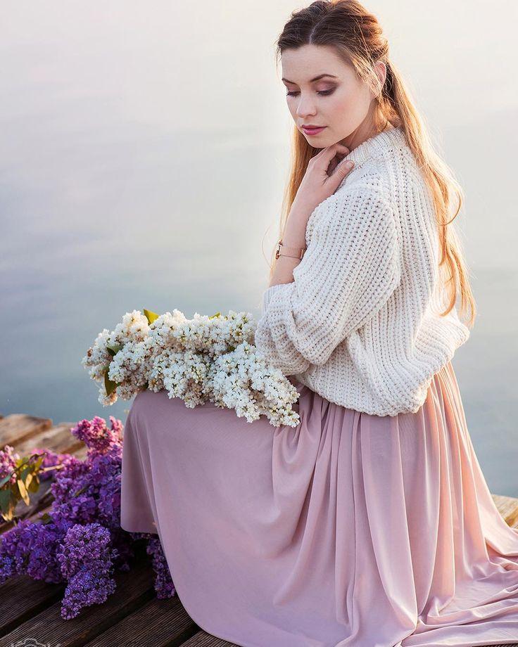 Bzy piękna sceneria i zachód słońca  Zajrzyjcie na bloga czeka więcej pięknych zdjęć od @familygraphy_pl  Do sesji pomalowała mnie @rosiejaredovna  #outfit #lilac #polskadziewczyna #sumsate #lake #poland #stylish #glam #instagood