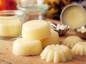 Fasta lotionbars är hudkräm i fast form! Smält ihop dina egna lotionbars av enbart ekologiska ingredienser; Kokosolja, Sheasmör och Bivax, och du har riktigt bra ekologisk hudvård som räcker länge. Resultatet blir en fast kaka som du smörjer in dig med, ungefär som en tvål, fast efter duschen. Man kan även använda kakorna till massage. Blandningen smälter när lotionbaren gnids …