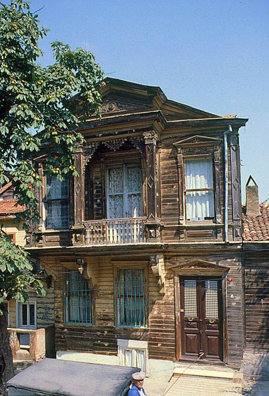 Heybeliada 1980 - Turgut Reis sokakta ahşap eski bir ev...