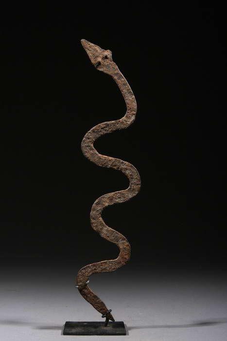 Serpent en fer noir Lobi du Burkina Faso. Fétiche de protection utilisé dans les cases pour éloigner les mauvais génies à la naissance d'un ...
