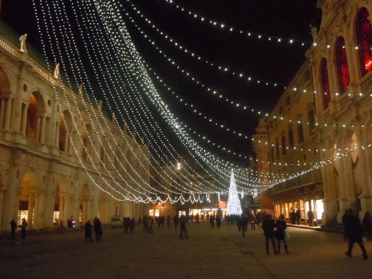 """Gli incontentabili mi avevano allertato: a Vicenza ormai non si sa più dove mangiare. E invece ho mangiato, e bevuto, molto bene, """"ritrovando"""" una città più luccicante rispetto a quella che conobbi una vita fa, e che non sconta più l'ingombrante vicinanza di Venezia, Padova e Verona. Anzi, per uno che come me scrisse 10 ...leggi tutto"""