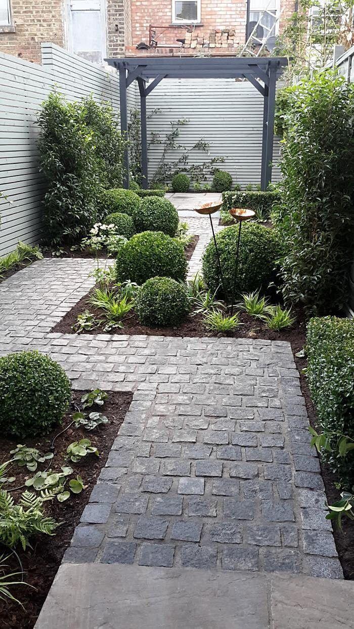 Roher Stein Kontrastiert Mit Scharfen Zick Zack Linien Kontrasten Diy Garten Dekoration Courtyard Gardens Design Small Backyard Gardens Backyard Landscaping Designs