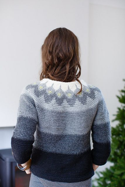 A fitted top in Tunisian crochet with an attractive colourwork yoke inspired by cold, rocky landscapes.