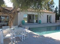 """Villa """"Fleurette"""" (Grimaud) - Zeer sfeervolle Provençaalse villa met privé zwembad. Gerenoveerd in een vrij moderne, strakke stijl en erg leuk gedecoreerd door de eigenaren die binnenhuisarchitect zijn. Adembenemende uitzicht over de Golf van Saint-Tropez met een dito 'Saint-Tropez' gevoel. De villa ligt op een luxe domein en heeft een goede privacy. De villa is geschikt voor 12 personen."""