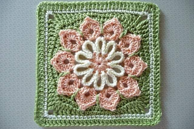Simple 10-Petal Afghan Square.Top 10 FREE granny square patterns by The Lavender Chair.