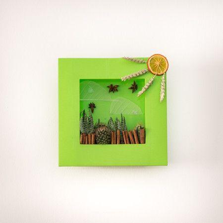 Simpatico quadretto di piante grasse, si può posare su un ripiano o appendere al muro. Un'idea originale e apprezzatissima! Ordinalo subito, consegniamo in tutta Milano! #fiori #milano