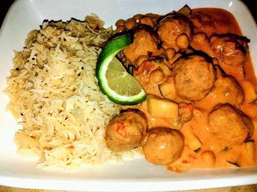 seitanballetjes in pittige paprikasaus met courgette, kikkererwten en haverroom met gestoomde rijst met chili , kokos en limoen.