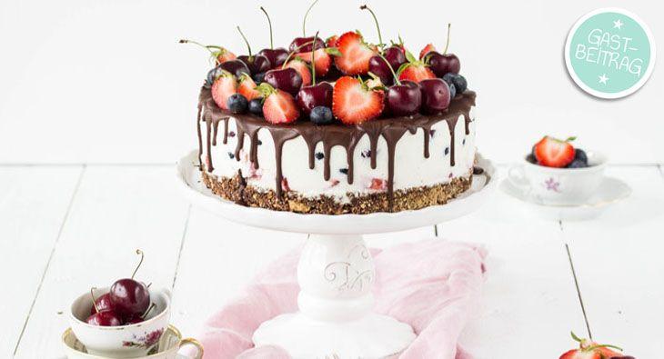 Tolles Rezept für eine Erdbeer-Kühlschranktorte mit Quark, deren Deko ein absoluter Hingucker ist. Köstlicher kann eine Torte ohne Backen kaum aussehen!