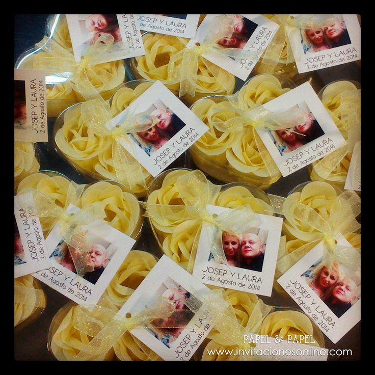 jabones en forma de flor en color beige con cajita corazon. Detalles de Boda Barcelona
