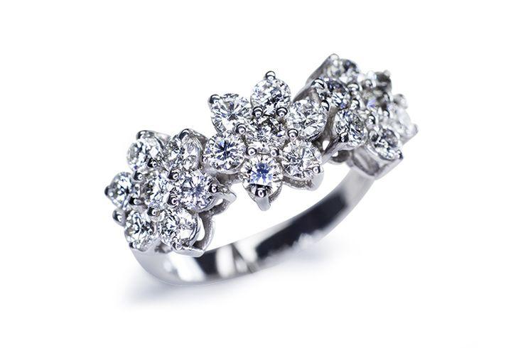 Anelli trilogy in oro bianco con i diamanti naturali