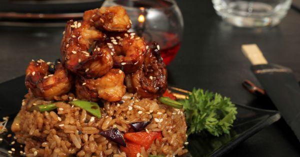 Damián Shiizu, chef propietario de #Kokoro Sushi, prepara una #receta con arroz, #langostinos y vegetales.