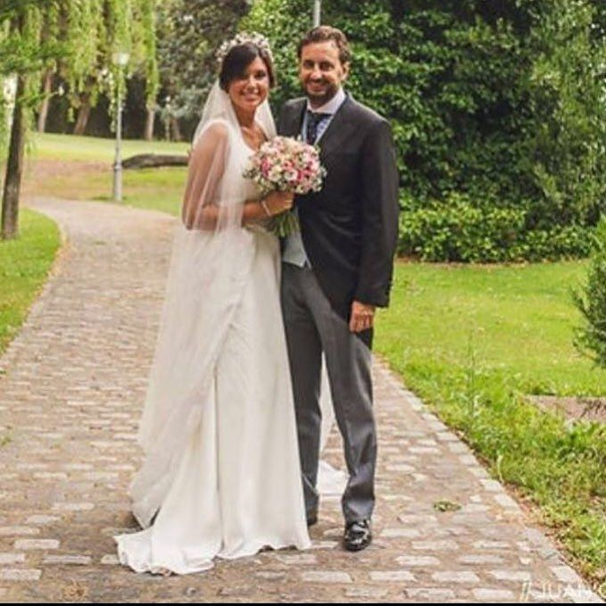 L E C U M B E R R I atelier.  Vestido en crep y sobrefalda en organza bordada.  Gracias por confiar en nosotros en un día tan especial.  #lecumberriatelier #lecumberrinovias #weddingphotography #weddingday #weddingdress #bridal #love #fashion #wedding #weddingparty #bride #groom #bridesmaids #bodas #instalove
