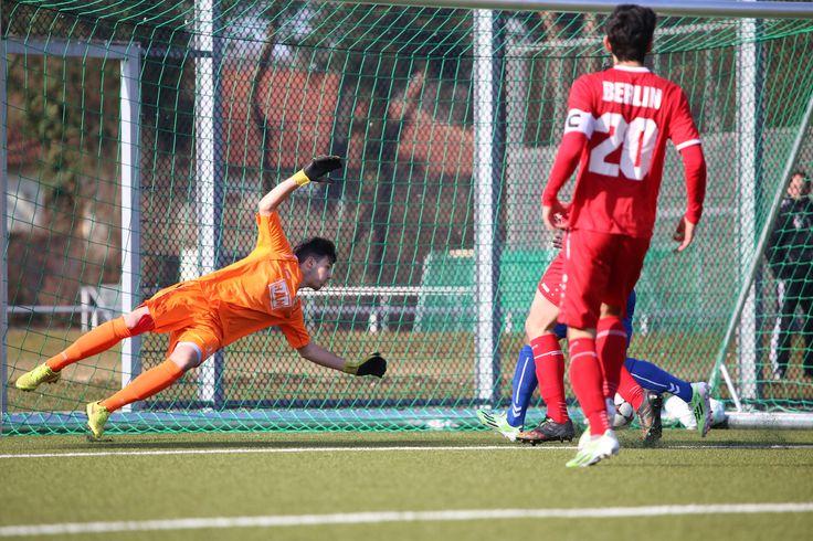 Torhüter #Niklas #Bledow streckt sich für den Ball.   20. Spieltag Hertha 03 Zehlendorf vs. BAK 07 (Saison 14/15) - Ergebnis: 1:1 Unentschieden