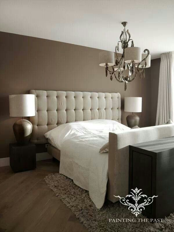 Slaapkamer- hoofdbord met lampen er naast op sokkels - vloer schuingelegd
